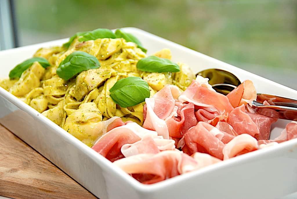 Italiensk pastafad med artiskokker og skinke