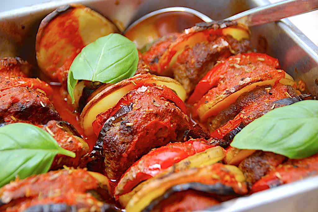 Italienske hakkebøffer i fad med grøntsager