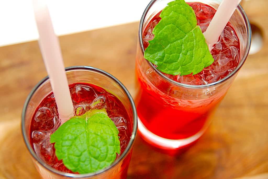 Jordbærgrød drink med rom og jordbærsirup