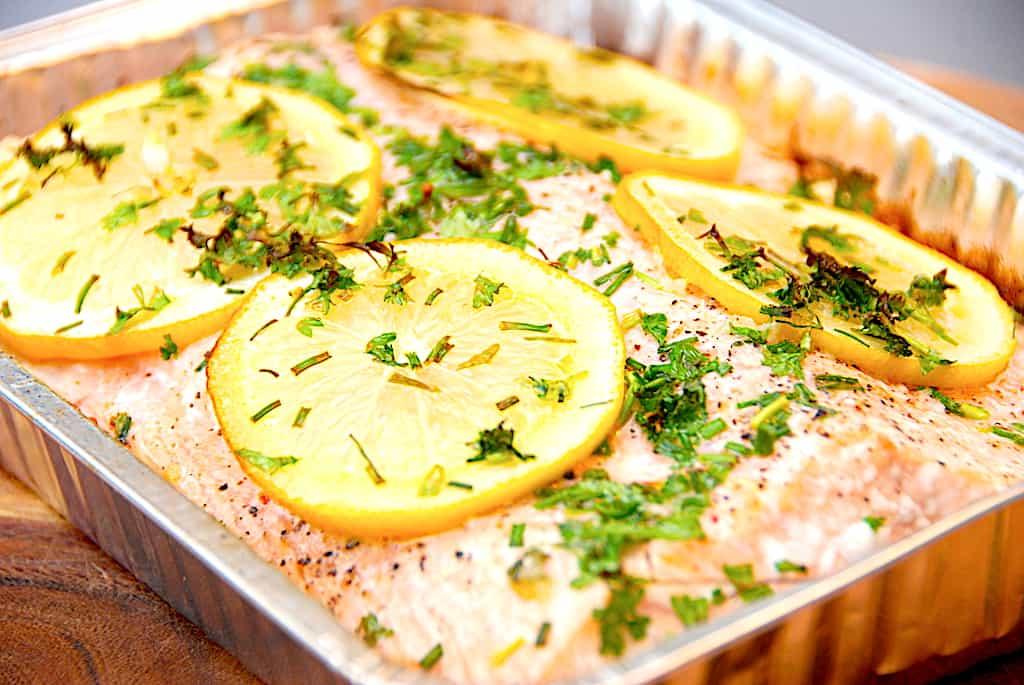 Laks på grill med citron og krydderurter på 15 minutter
