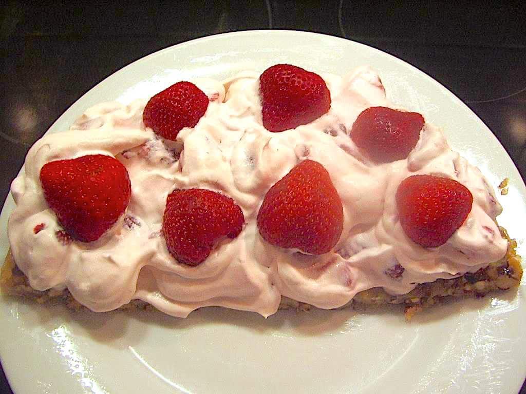 Nem nøddebund med jordbærflødeskum