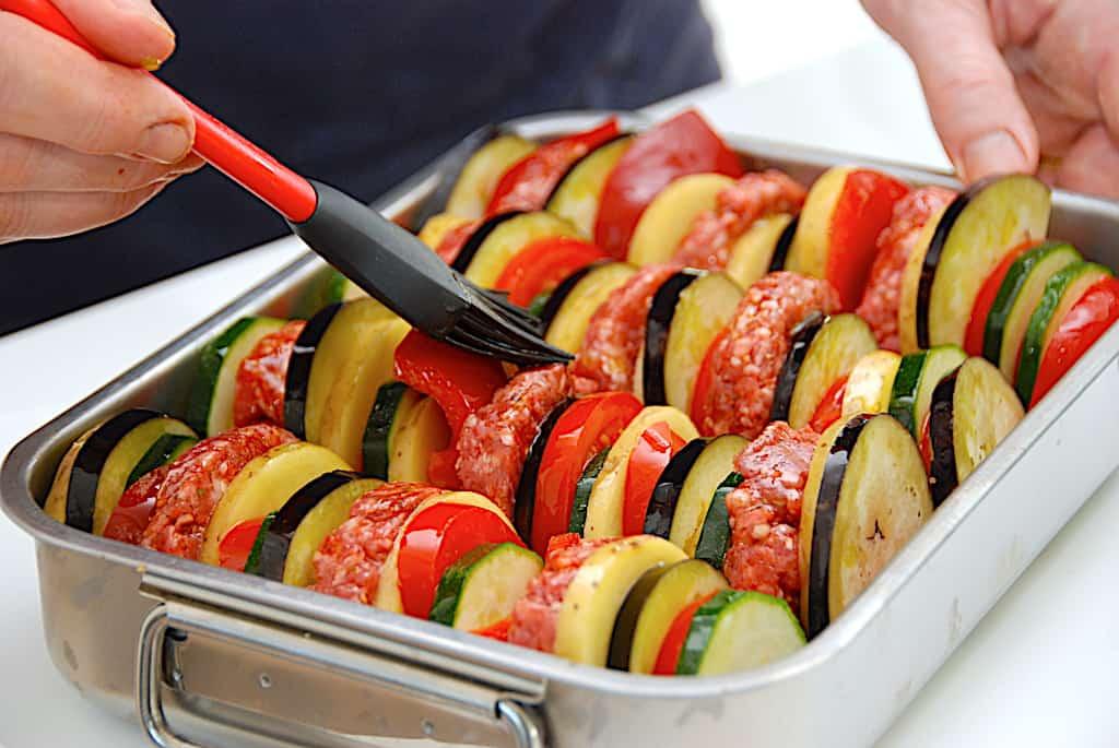 oksekød og grøntsager i skiver i fad