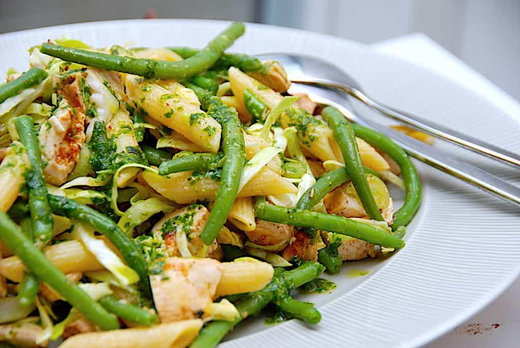 Pastasalat med bønner, kylling og basilikumsolie