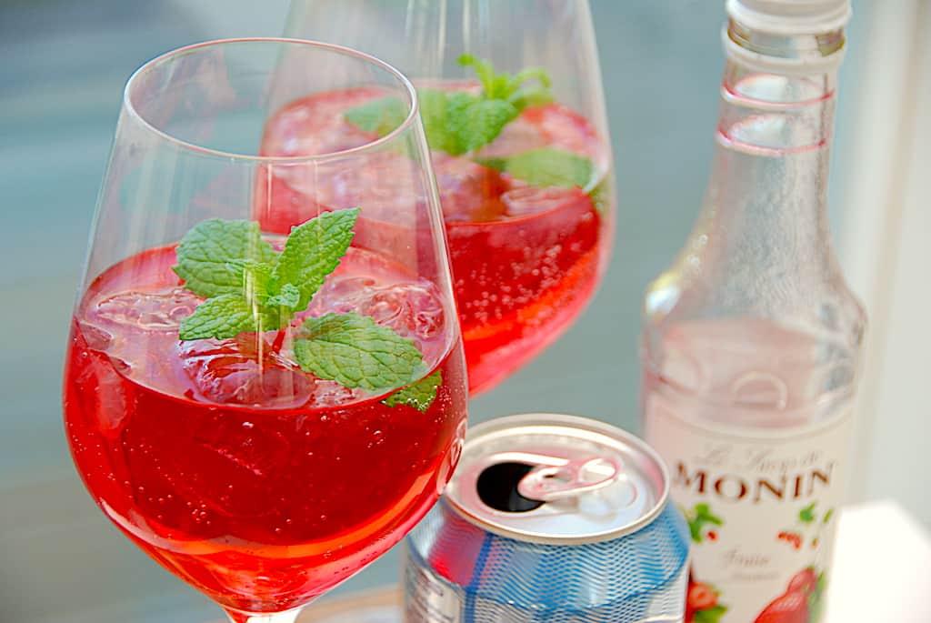 rød gin og tonic med jordbær