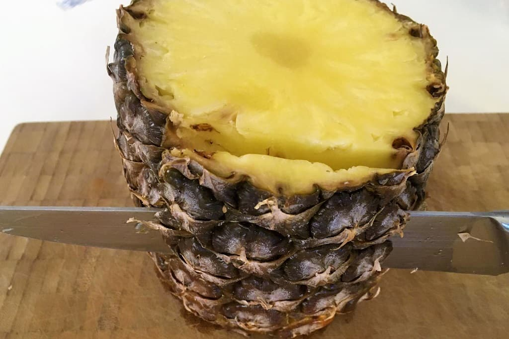 Kniv i gang med at skære en ananas