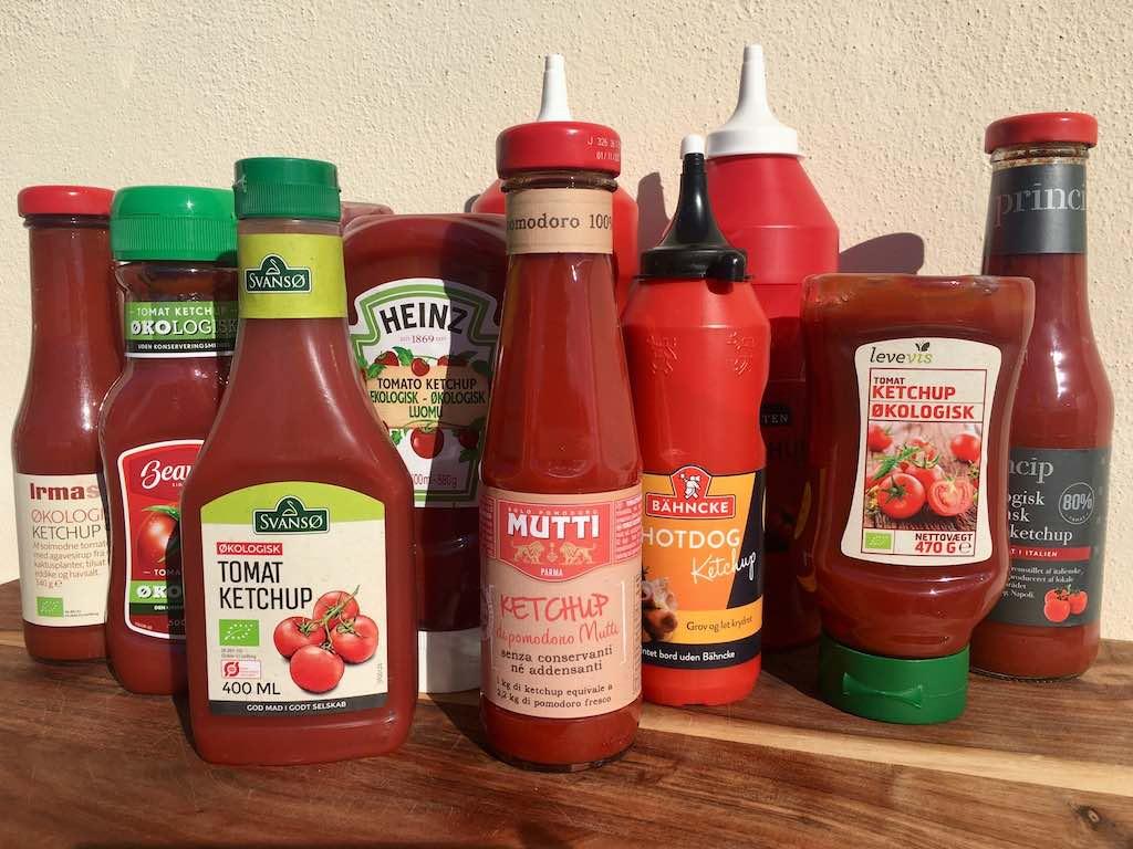 Vi elsker ketchup, der kan findes i de fleste hjem. Udvalget er stort, men hvad er forskellen egentligt? Madens Verden har lavet en smagstest af ketchup. Foto: Charlotte Mithril / Madensverden.dk