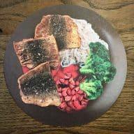 Stegt hornfisk er både lækkert og nemt at tilberede. Her serveres den med en frisk blommekompot, lynstegt broccoli og kogte nudler. Foto: Modelfoto fra projekt FiSK.