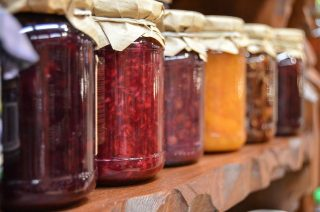 Syltning er et gammelt madhåndværk, hvor bær, frugter eller grøntsager konserveres i en lage. Syltning er i dag på vej tilbage i de danske køkkener, hvor det bringer glæde og velsmag.