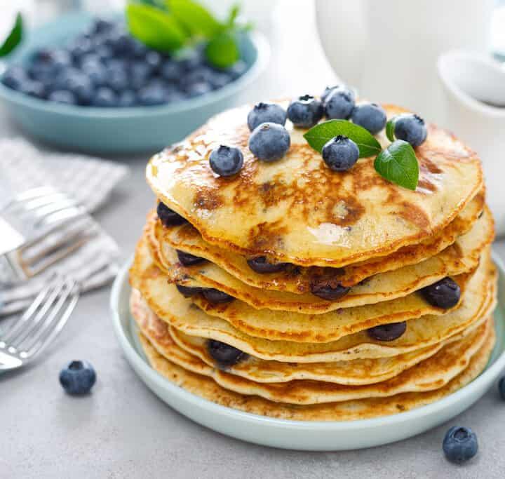 amerikanske pandekager med blåbær og sirup