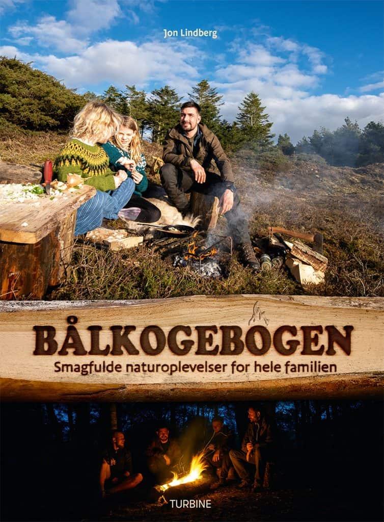 Bålkogebogens coverfoto, hvor der laves mad over bål.
