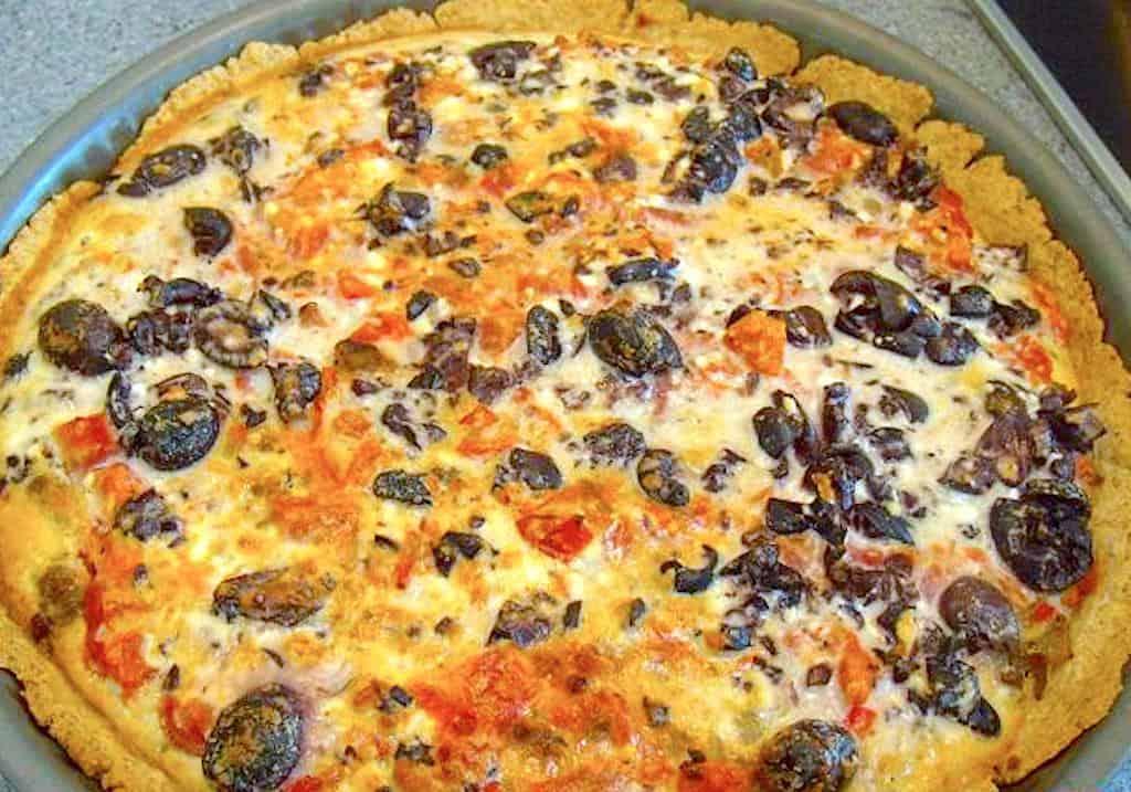 Græsk tærte med oksekød, feta og oliven