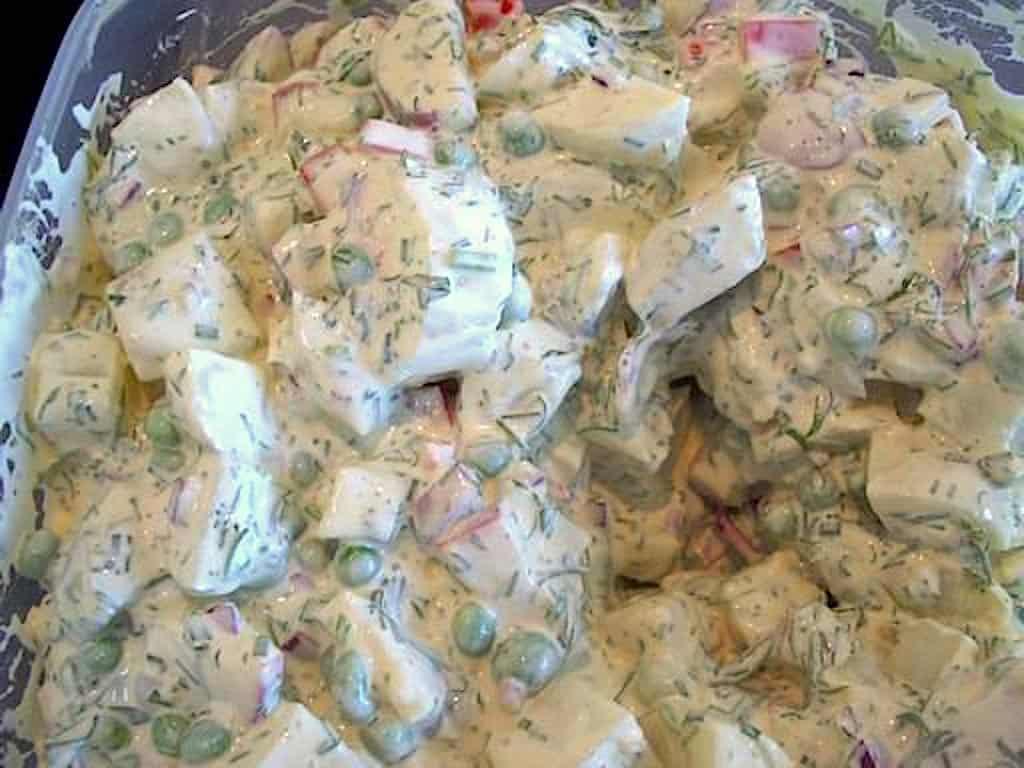 Klassisk kartoffelsalat med creme fraiche og krydderurter