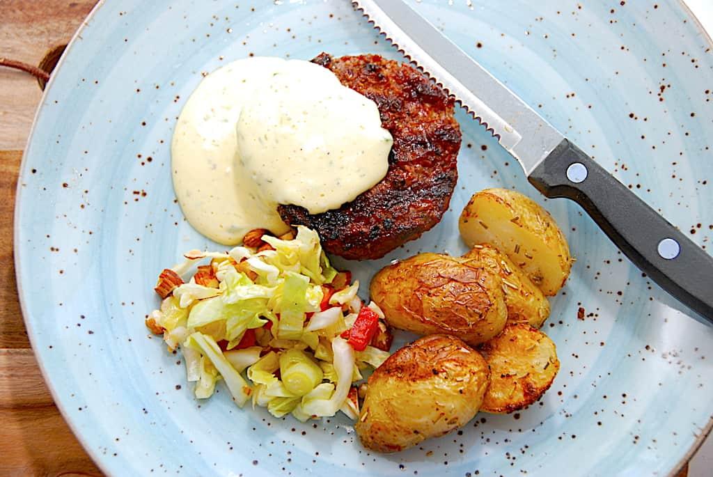 Krydret hakkebøf med bearnaise og stegte kartofler