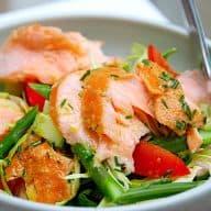 laks med asparges og spidskål