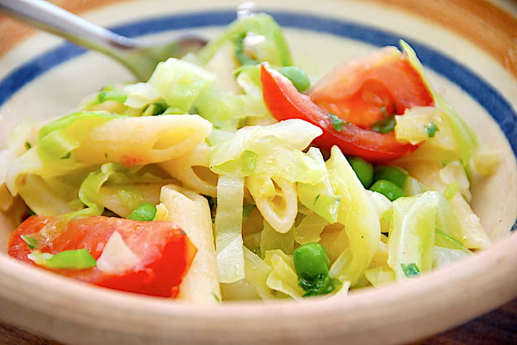Nem pastasalat med spidskål og ærter