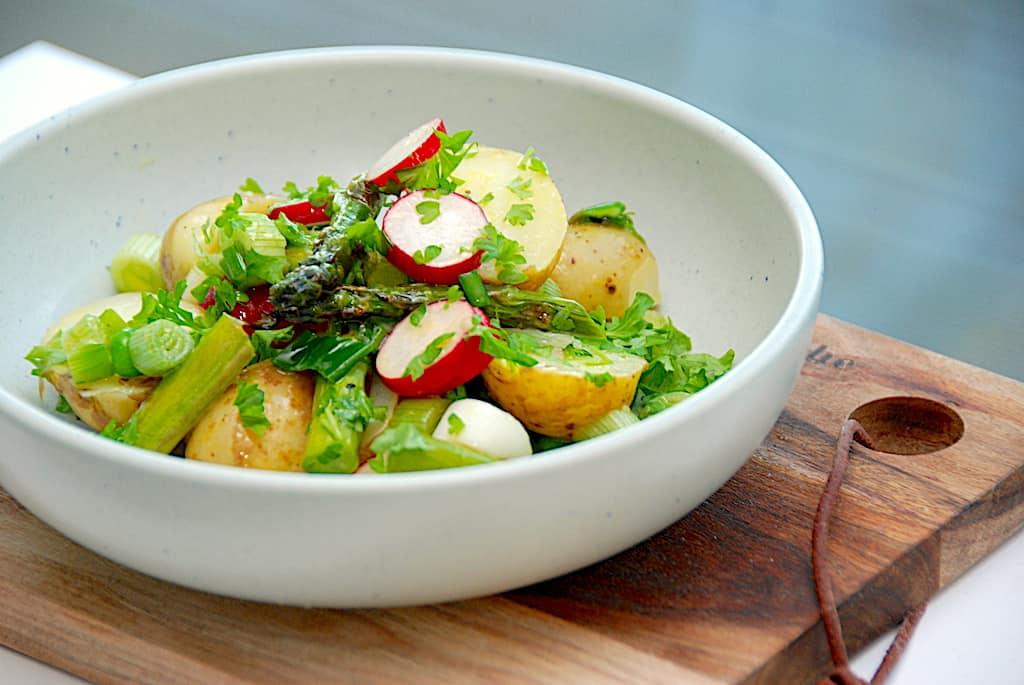 Salat med kogte kartofler, asparges og radiser
