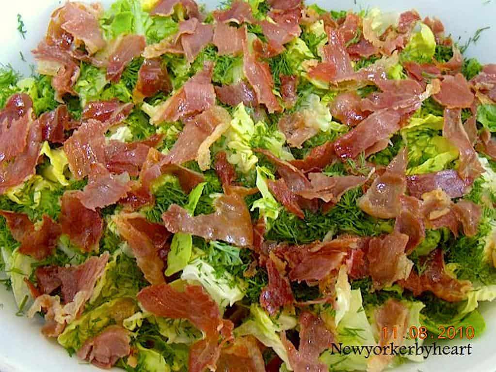 Salat med parmaskinke, brødtern og sennepsdressing