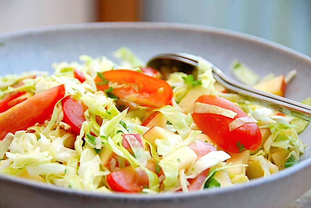 Spidskålssalat med tomater på 5 minutter