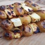 billede med grillspyd med kartofler og ost