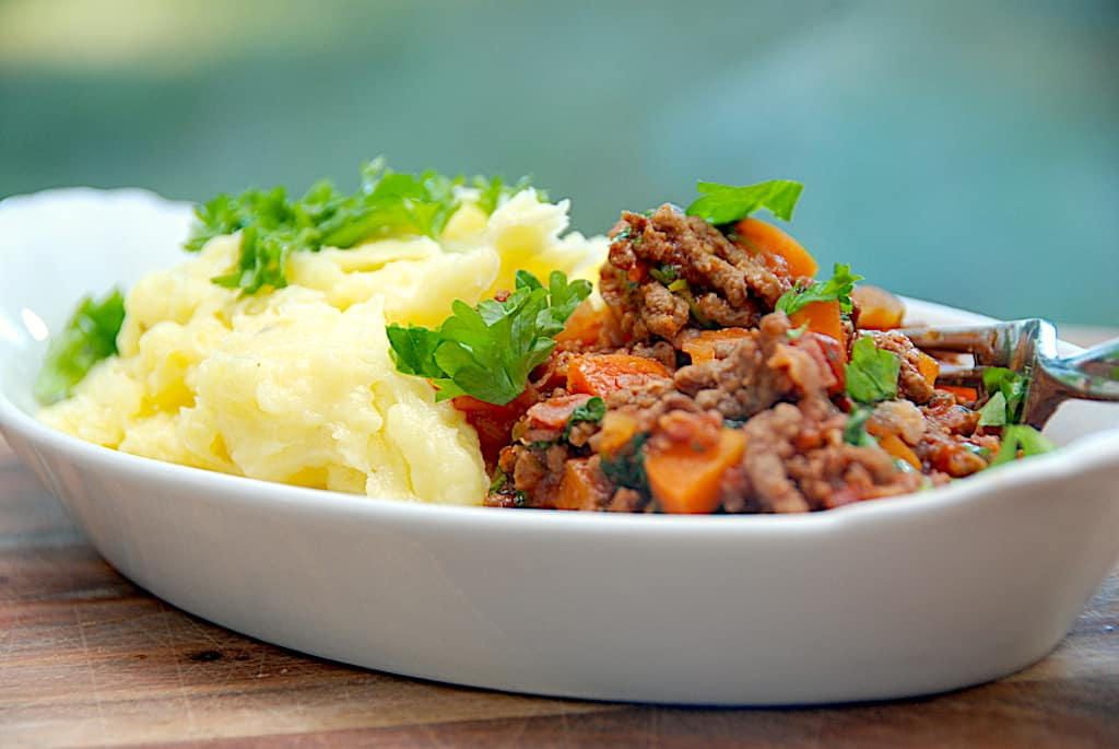 Kartoffelmos med kødsovs - nem familieret på 30 min.