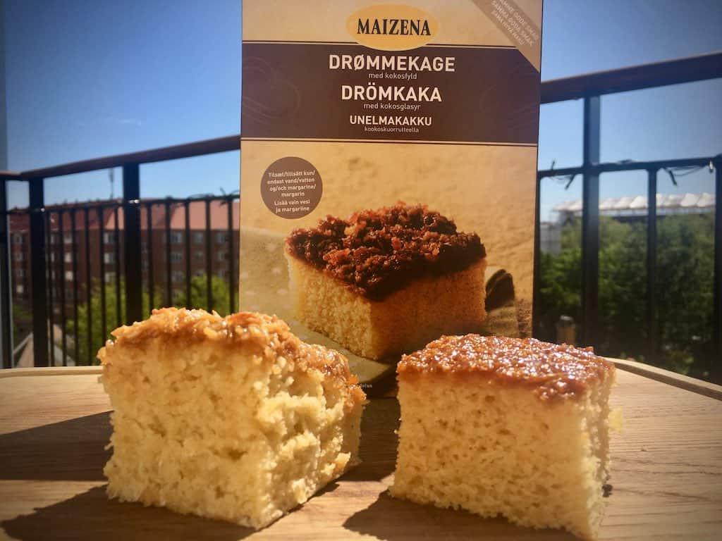 Drømmekage bagt med henholdsvis friske råvarer (til venstre) og kageblanding (til højre). Vælg kun kageblanding, hvis den skal spises med det samme. Foto: Charlotte Mithril / Madensverden.dk.