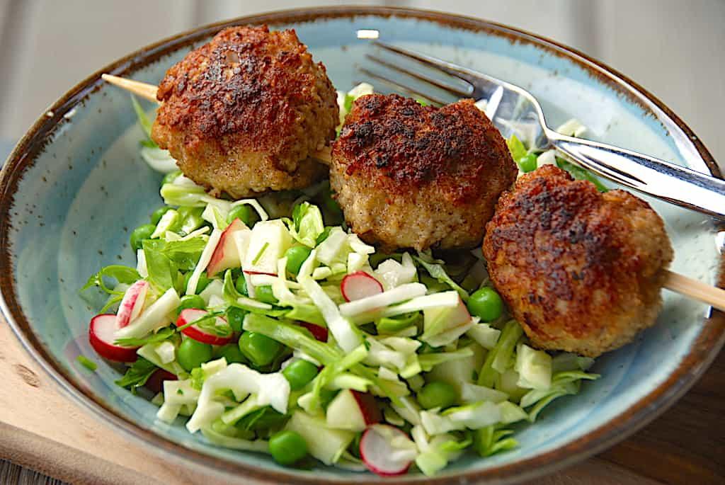 Frikadeller på spyd med grøn salat (nem middagsret)