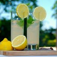 Det her er sommerens bedste lemonade, og den er hjemmelavet. En nem og lækker citronlemonade, som laves af blot tre ingredienser. Foto: Holger Rørby Madsen, Madensverden.dk.