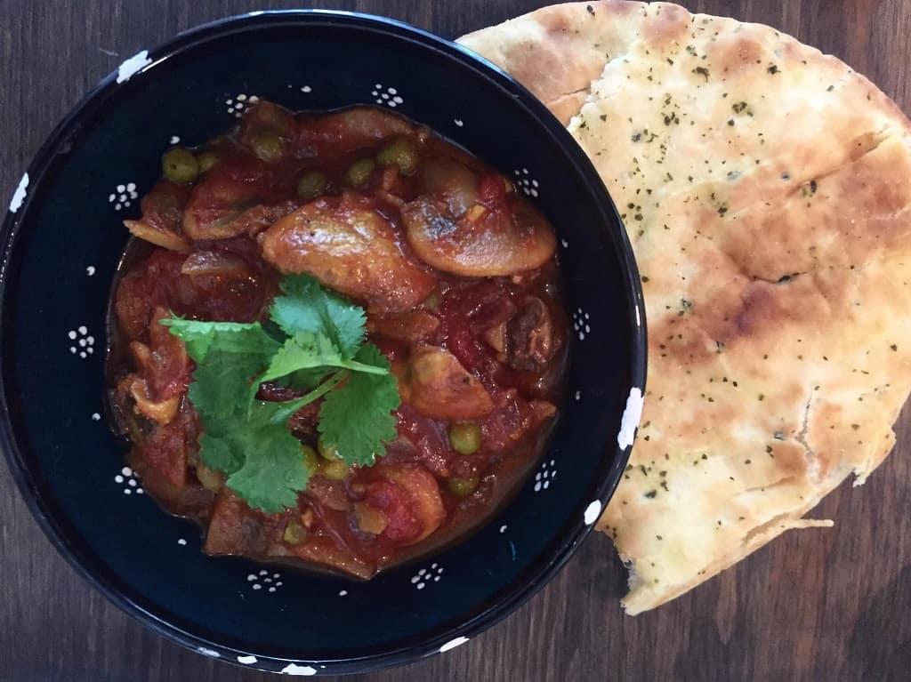 Vegetar curry med svampe og ærter - nem opskrift