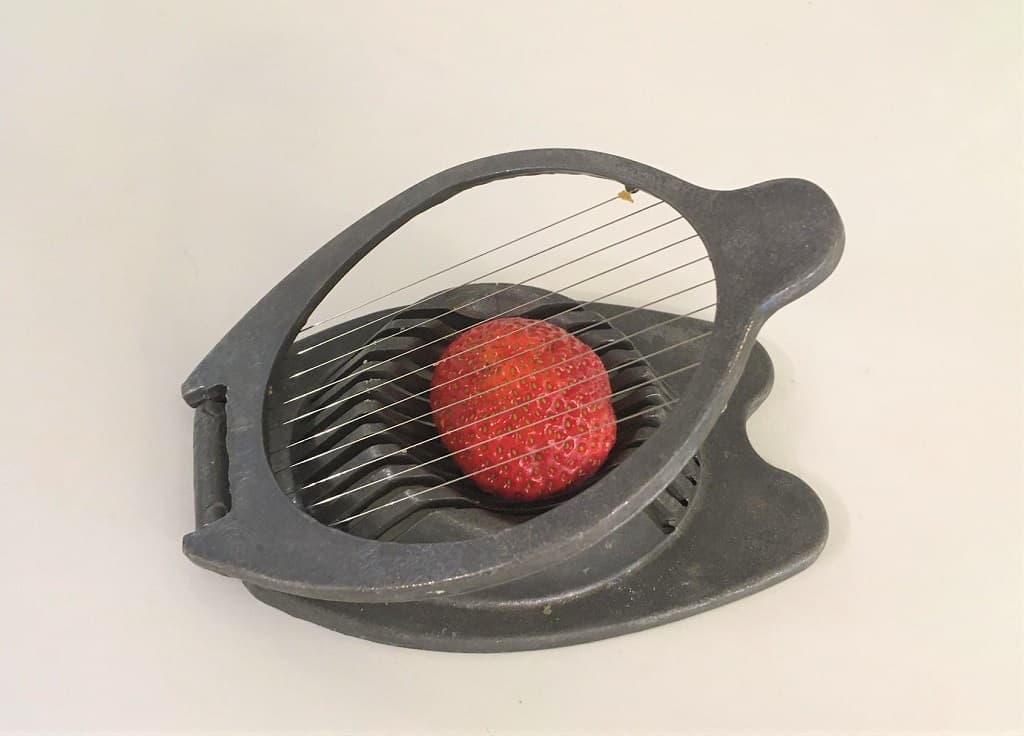 Jordbær i æggedeler. Illustration til artikel med tips til jordbær.