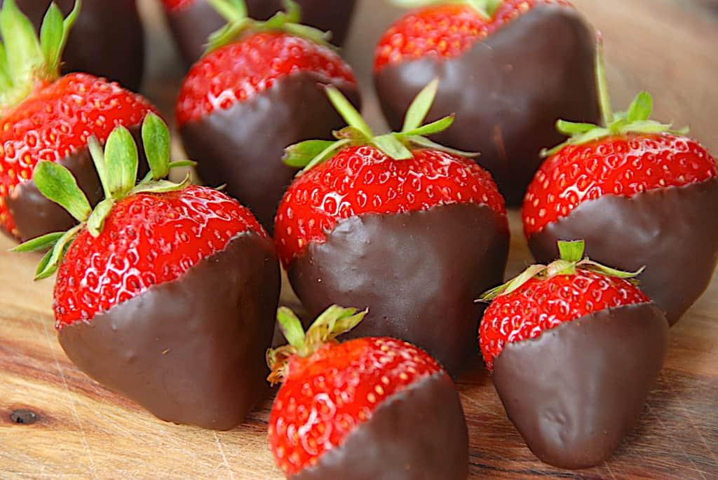 Jordbær med chokolade (dyppet i mørk chokolade)