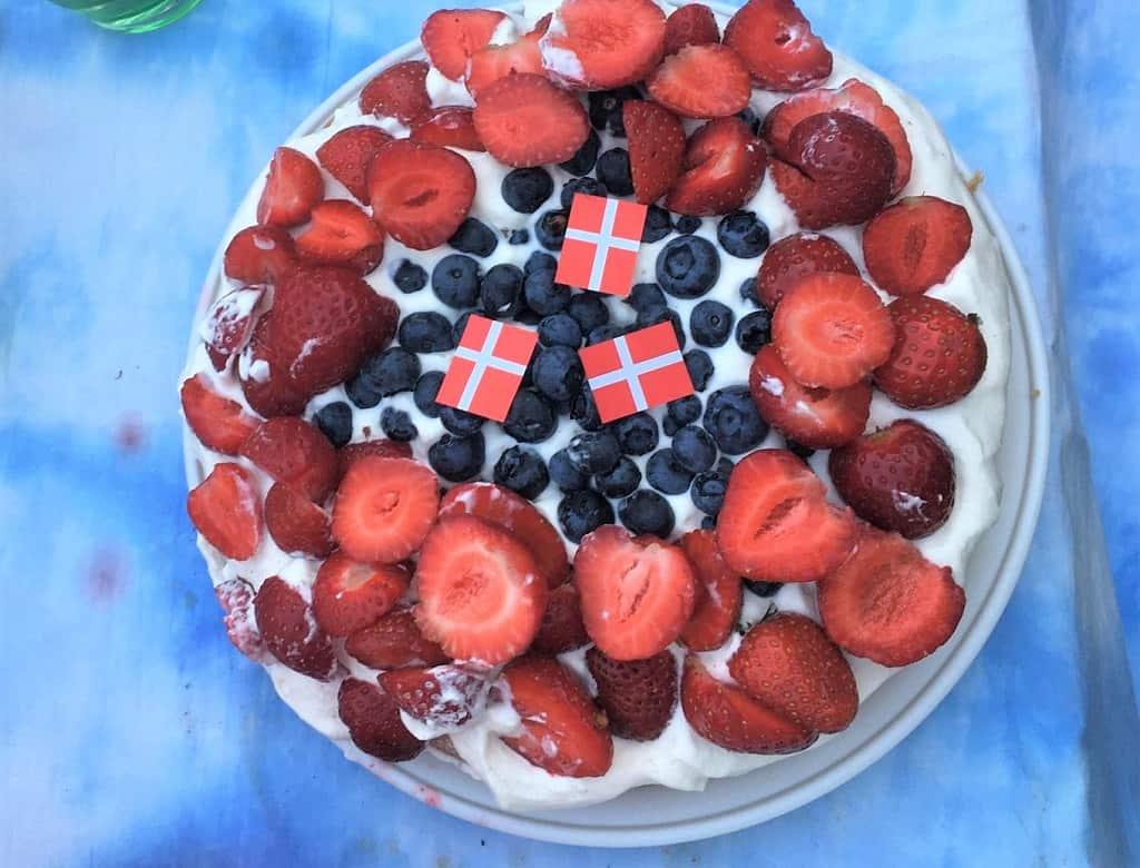 Sukkerbrødskage med flødeskum og friske bær