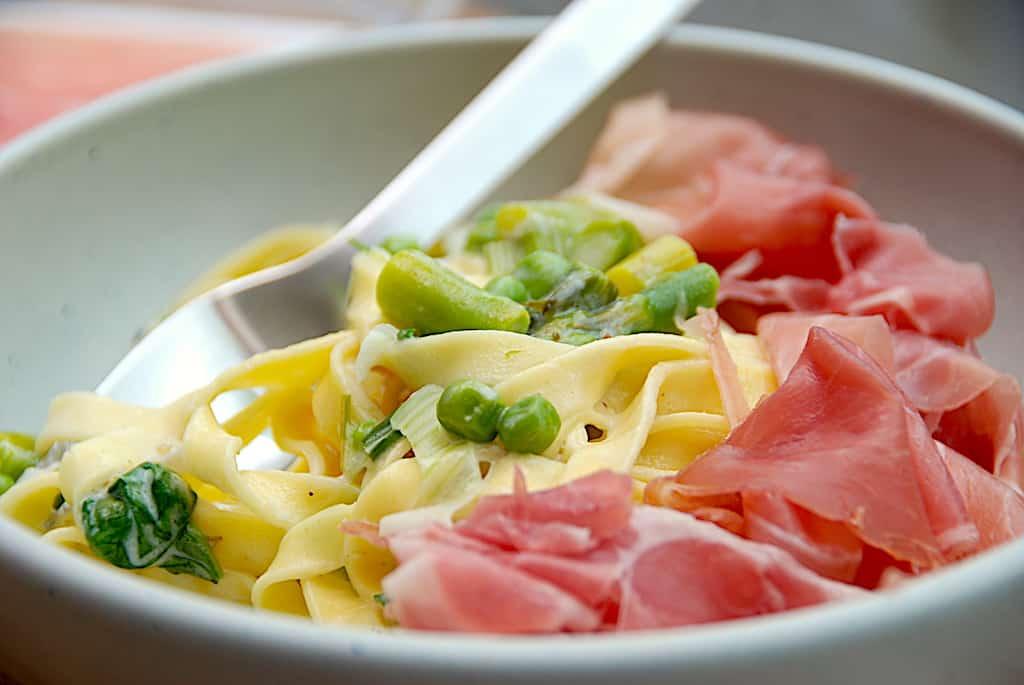 Pasta med asparges, ærter og skinke