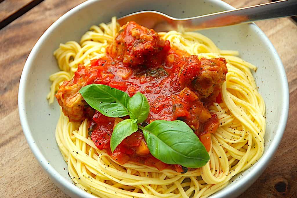 Pasta med kyllingekødboller i tomatsauce