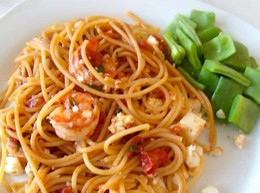 Pasta med tigerrejer, feta og tomater