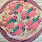 Pizza smager fantastisk og kan også spises med fisk. Prøv denne pizza med ørred, bacon, kartofler, pesto og rucola – det er både sundt og lækkert. Foto: Modelfoto fra projekt FiSK.