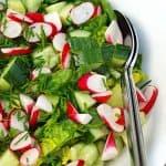 romainesalat med radiser, agurk og dressing