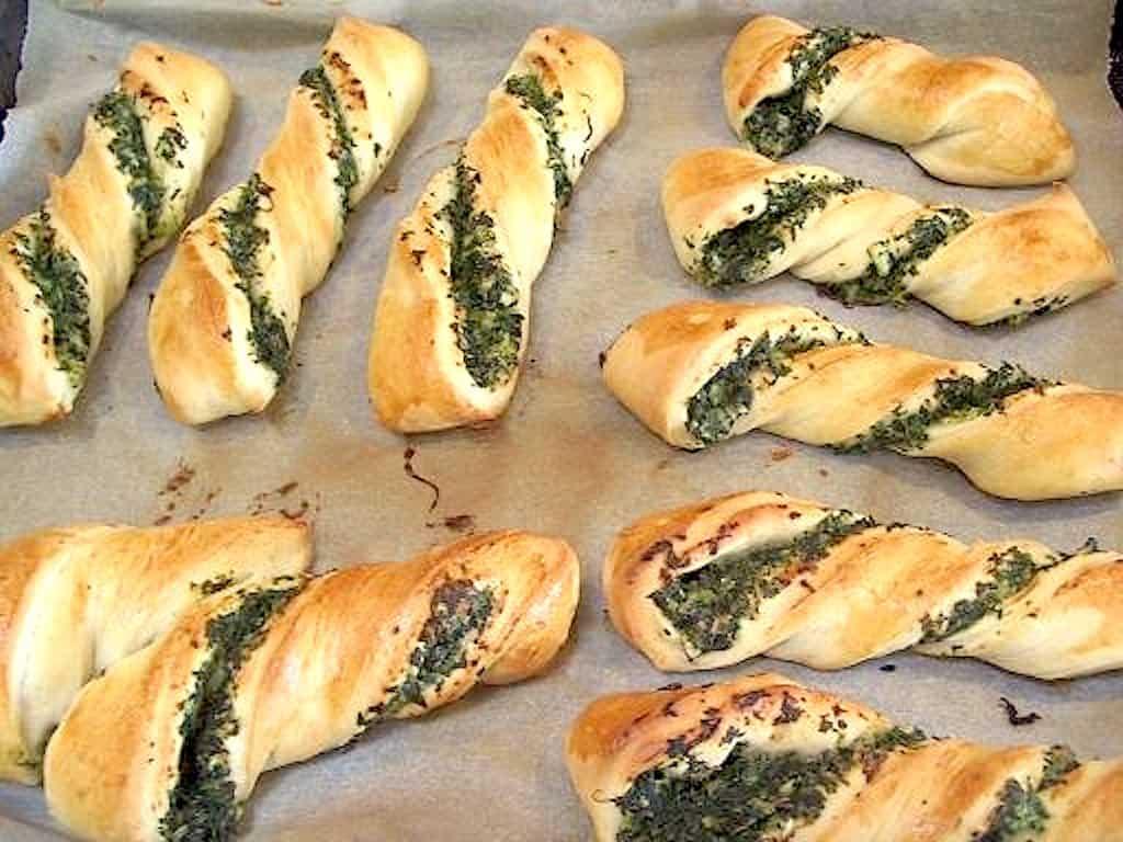 Spinatbrød - nem opskrift på snoede brød med spinat
