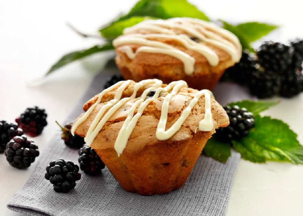Brombærmuffins med hvid chokolade - opskrift