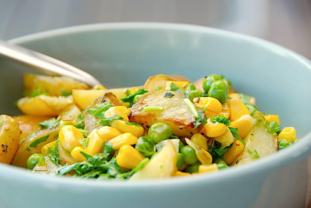 Grøn kartoffelsalat med ærter og majs