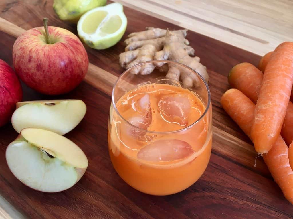 Gulerodsjuice med æble, citron og ingefær