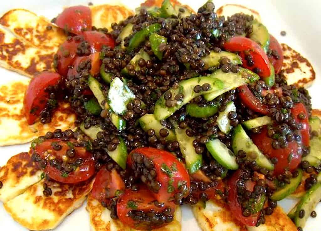 Halloumi ost med linsesalat, agurk og tomat