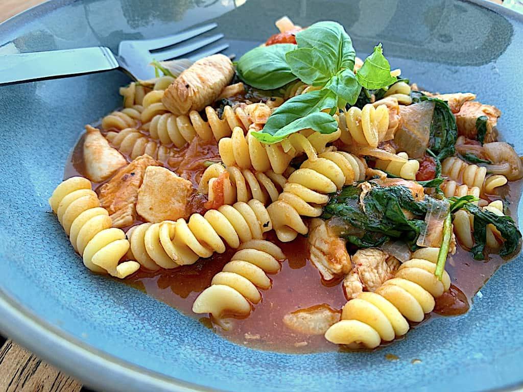 Kylling i tomatsauce med pasta og rucola