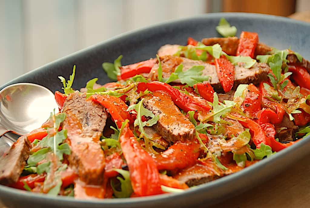 Langtidsstegt flanksteak med bagte peberfrugter