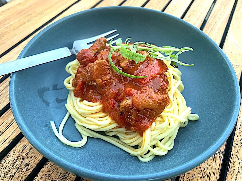 Oksekød i tomatsauce med frisk pasta (italiensk mad)