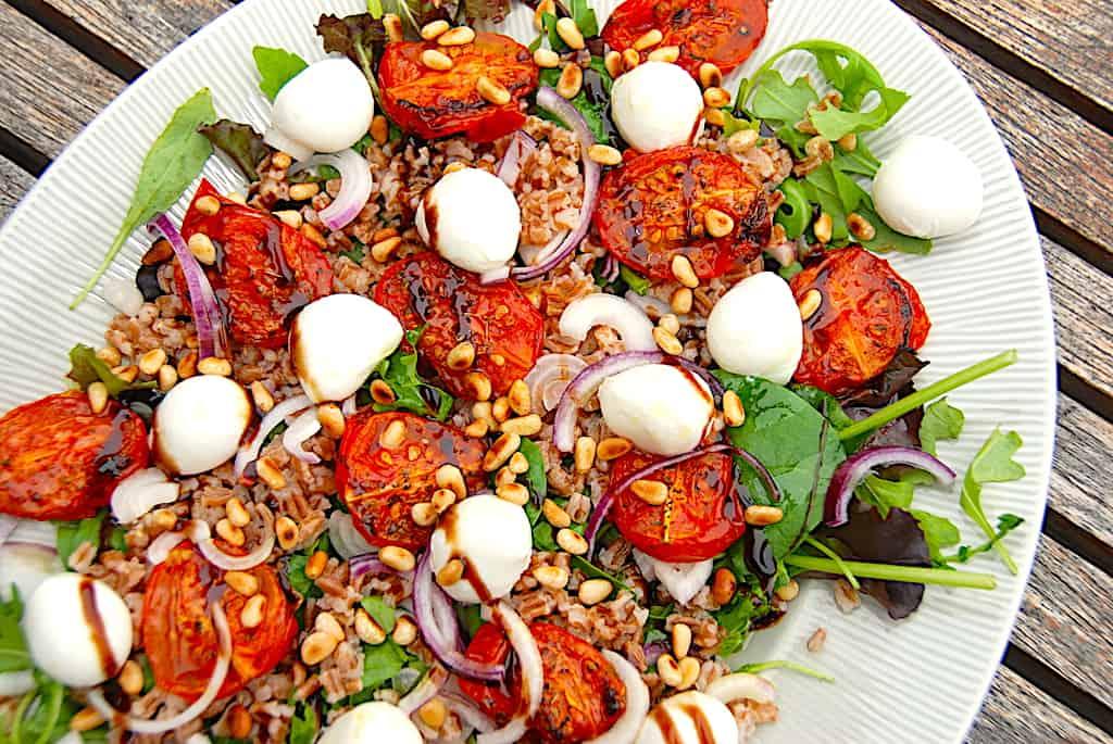 Lækker speltsalat med bagte tomater og mozzarella