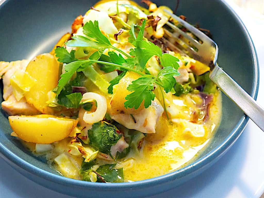 Spidskål i fad med kylling og kartofler (nem aftensmad)
