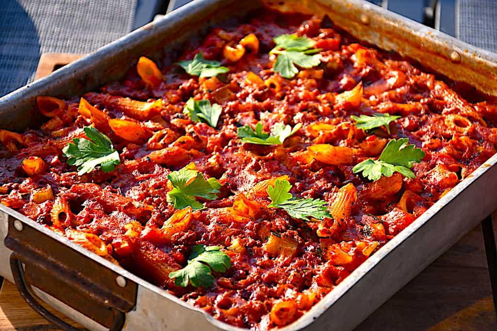 Bagt pasta bolognese - lækker pasta med kødsauce i fad