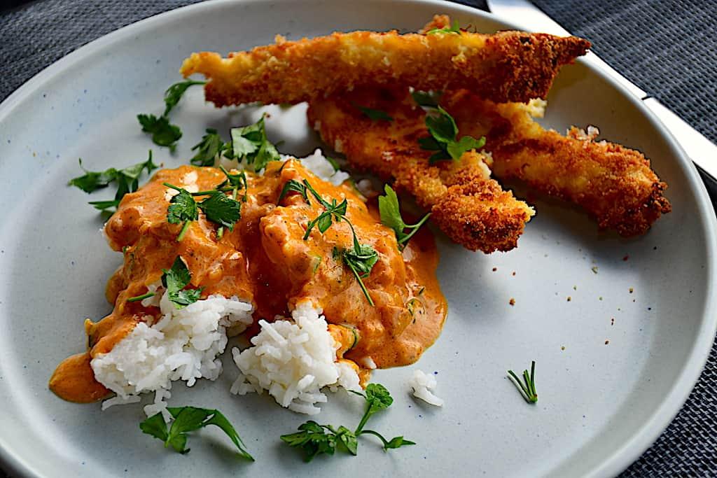 Crispy chicken med indisk karrysauce og ris