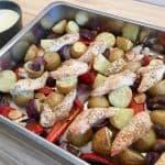 Kylling med grønt og kartofler er super nem at lave. Alt kommes i et fad og bages på en gang i ovnen. Foto: Charlotte Mithril / Madensverden.dk