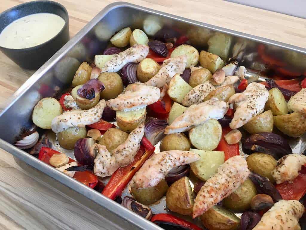 Kylling med grønt og kartofler i fad